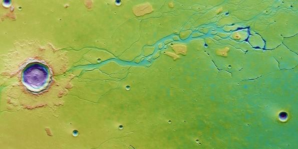 Il cratere da impatto Hephaestus Fossae fotografato da Mars Express (2207), situato ad un sistema di canali. I lobi indicano che l'impatto è avvenuto in una zona molto umida